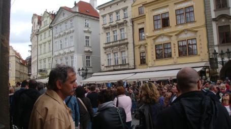 No fim de semana, aumenta a multidão parada em frente a torre do relógio esperando o cuco aparecer