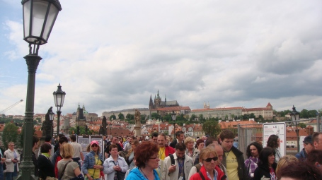Movimento na Ponte Charles com o castelo de Praga no horizonte