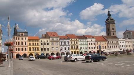 Um dos ângulos da praça de České Budějovice, considerada a maior praça do país.