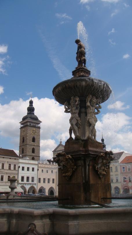 A Samson's Fountain erguida em 1726 é marcante com sua localização bem no meio da praça.